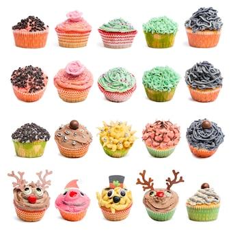 Collection de cupcakes contre une surface blanche devant une surface blanche