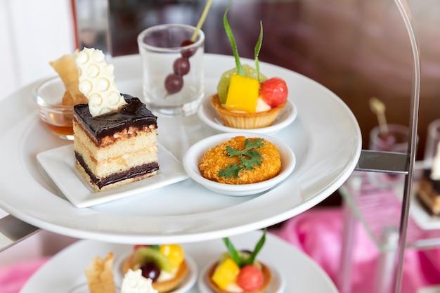 Collection de délicieux desserts pour fêtes ou mariages, gastronomie.