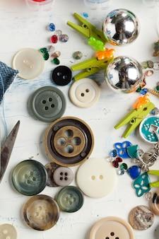Collection de divers boutons et épingles