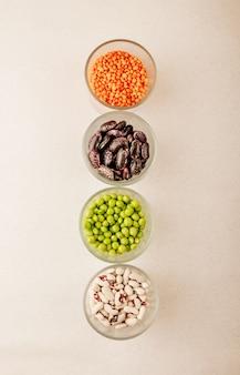 Collection de diverses légumineuses séchées dans des verres