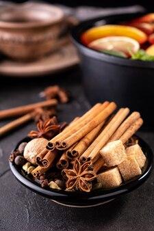 Collection d'épices pour vin chaud et pâtisserie sur fond noir