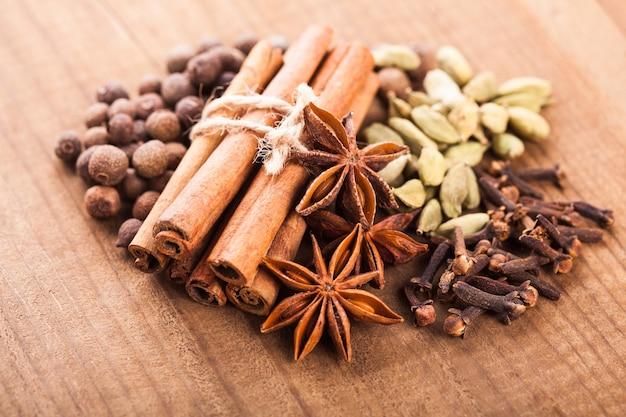 Collection d'épices pour vin chaud et pâtisserie sur la table en bois