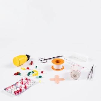 Collection d'équipements médicaux et de capsules sur fond blanc