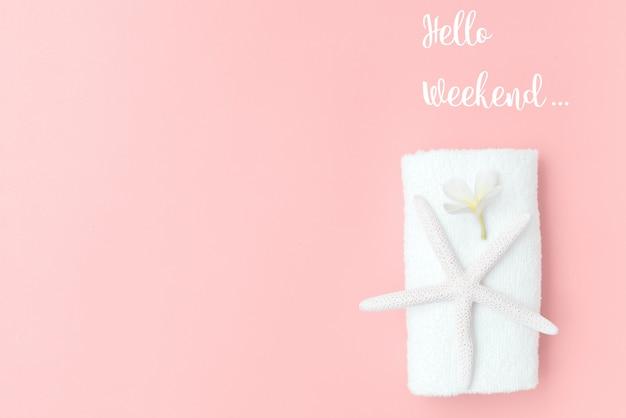 Collection d'été, poisson étoile plat, serviette blanche et fleur de frangipanier sur fond jaune