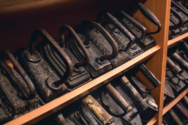Collection de fers à repasser vintage pour repasser les vêtements. fers à repasser en métal antique, une pièce de musée d'appareils électroménagers anciens. fer à charbon en métal sans fil.