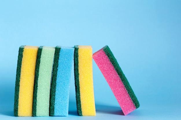 Collection de fournitures de nettoyage sur fond bleu. concept de travaux ménagers. outils de nettoyage.