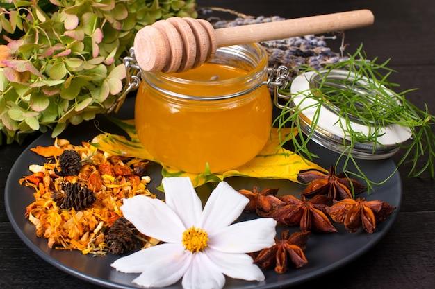Collection d'herbes médicinales au miel et au thé. herbes parfumées de la taïga et baies sèches