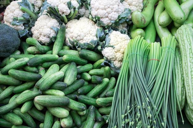 Une collection de légumes frais verts, vue de dessus