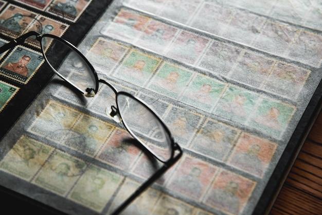 Collection de lettres d'affranchissement avec timbres dans l'album imprimé de sa majesté roi bhumibol aduly