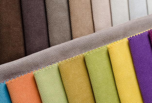 Collection lumineuse d'échantillons textiles de velours coloré.