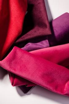 Collection lumineuse d'échantillons de textiles de velours colorés dans des couleurs roses et violettes. texture de tissu