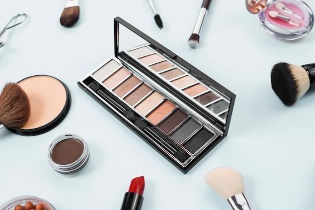 Collection de maquillage indispensable sur fond clair