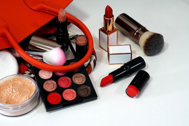 Collection maquillage rouge à lèvres fard à paupières coloré et poudre sur fond