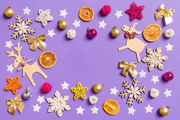 Collection de noël, cadeaux et ornements décoratifs, sur fond bleu. montage photographique