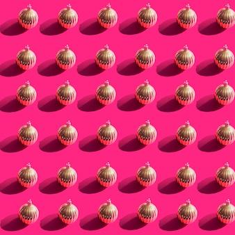 Collection de nombreuses boules de noël en or