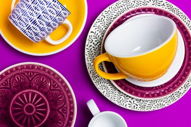 Une collection de nombreuses tasses et vaisselle multicolores. concept de cuisine ou de restes pour une vente en magasin