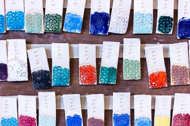 Collection numérotée d'émaux pour pâte d'argile de différentes couleurs avec gaufrage texturé. poterie, master classes, loisirs, fabrication artisanale
