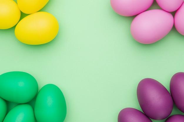 Collection d'oeufs colorés vue de dessus
