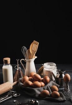 Collection d'outils de cuisine avec des oeufs sur un chiffon