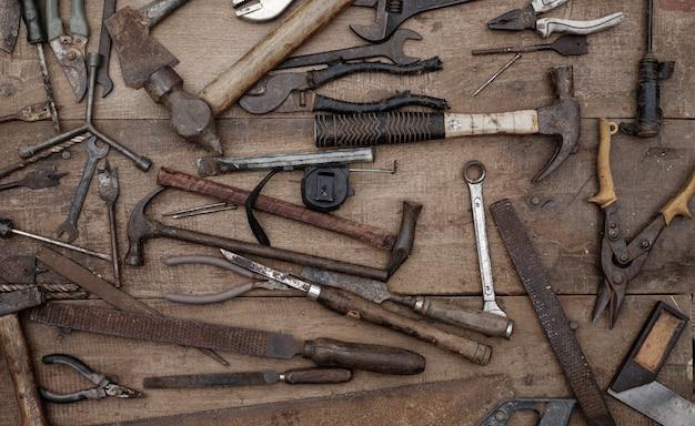 Collection d'outils à main de menuiserie antiques sur un établi rugueux vieux bois