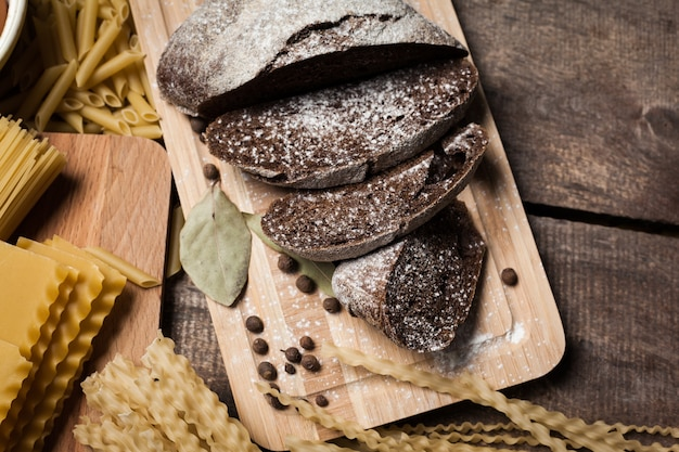 Collection de pâtes sur fond de bois rustique