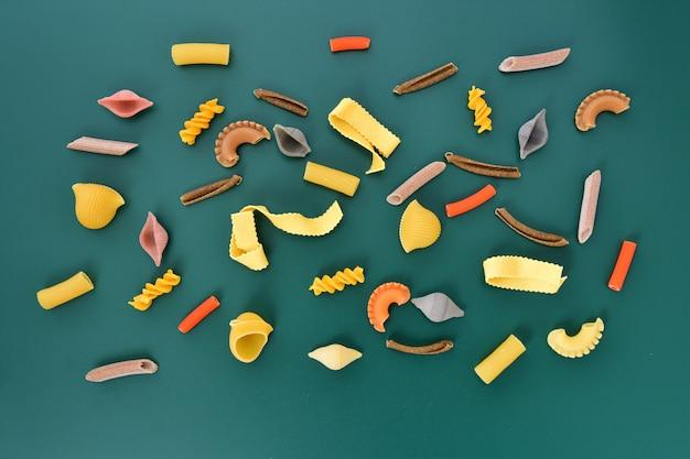 Collection de pâtes avec fond vert