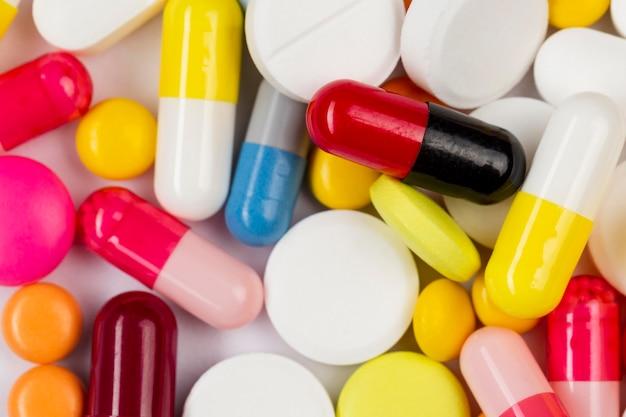 Collection de pilules sur table