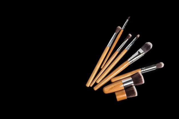 Collection de pinceaux de maquillage professionnels sur surface noire
