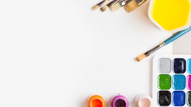 Collection de pinceaux et de pigments