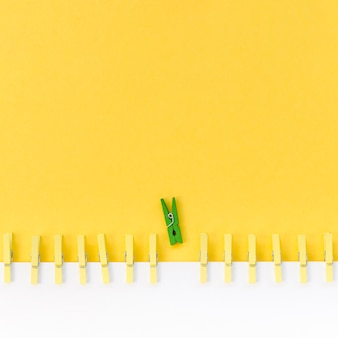 Collection de pinces à linge à côté d'un vert