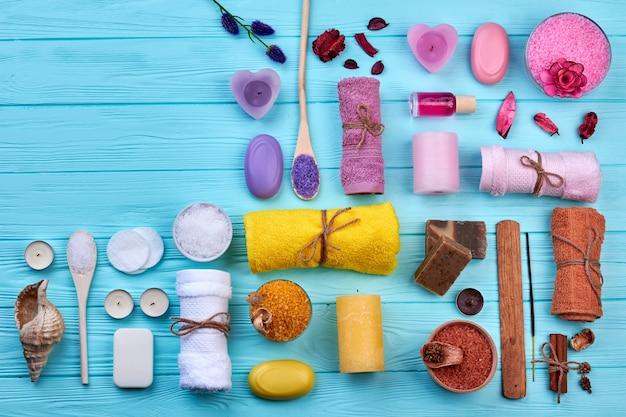 Collection à plat de nombreux accessoires de spa de salle de bain sur bois bleu. espace de copie vue de dessus.