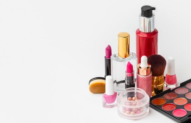 Collection de produits de beauté avec espace copie