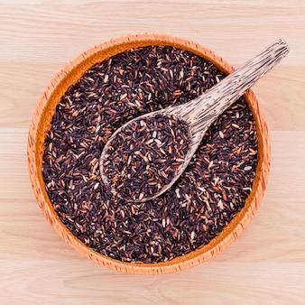 Collection de riz au jasmin de grains entiers sur une table en bois.