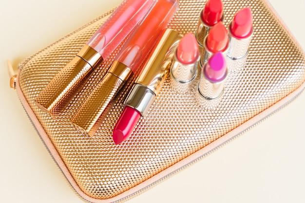 Collection de rouges à lèvres colorés sur golden woman poursuivre sac close up