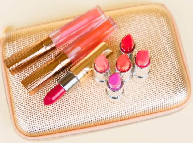 Collection de rouges à lèvres colorés sur golden woman poursuivre