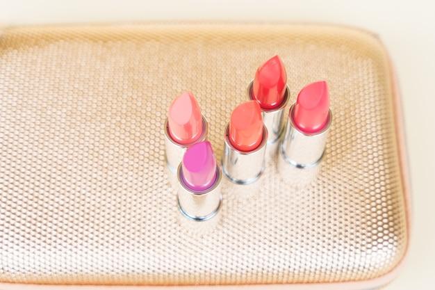 Collection de rouges à lèvres sur golden woman poursuivre