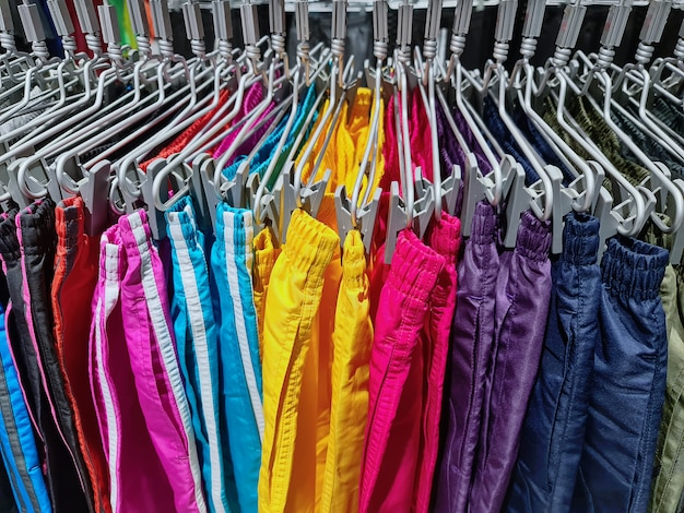 Collection de shorts colorés suspendus au magasin de vêtements