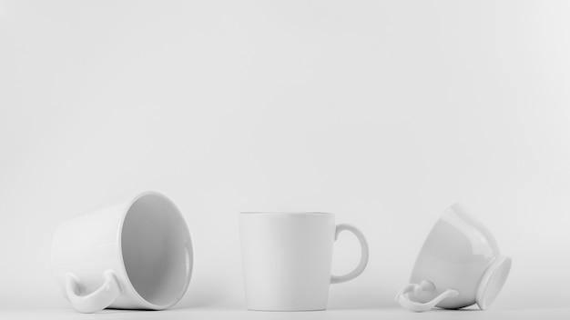 Collection d'une tasse de café en céramique blanche sur fond blanc.