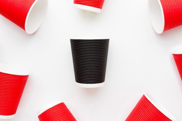 Collection de tasses en plastique sur table