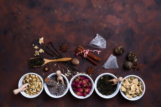 Collection de thé et additifs naturels dans des bols