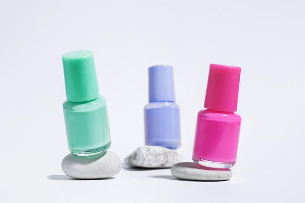 Collection de vernis colorés pour manucure ou pédicure sur pierres