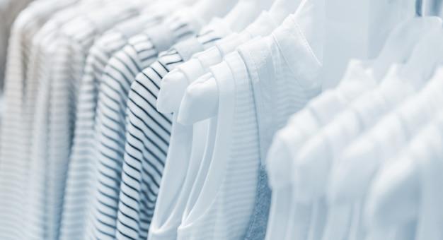 Collection de vêtements pour bébé suspendue dans la salle d'exposition