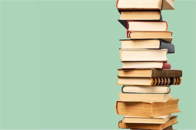 Collection de vieux livres pile verticale