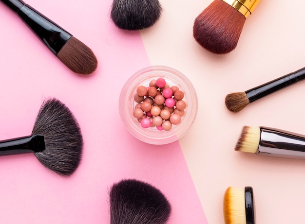 Collection vue de dessus de pinceaux de maquillage