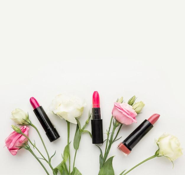 Collection vue de dessus de rouge à lèvres et de fleurs avec espace copie