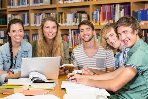 Collégiens faisant leurs devoirs à la bibliothèque