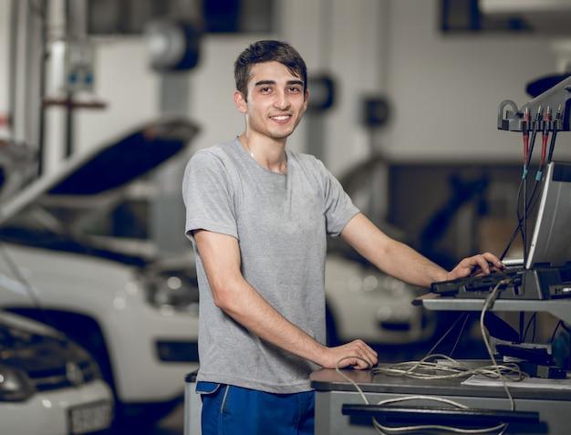 Un collègue de banc informatisant et diagnostiquant, détectant les problèmes d'une voiture