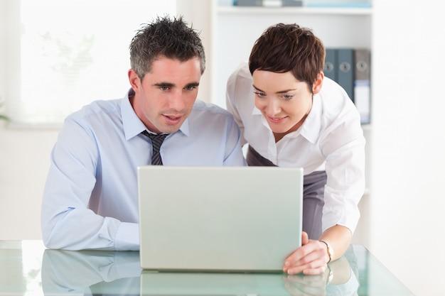 Collègue travaillant avec un ordinateur portable