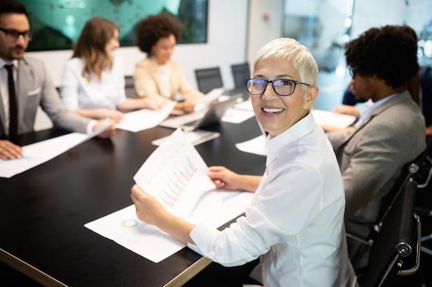 Collègues d'affaires ayant une réunion dans la salle de conférence dans un bureau moderne