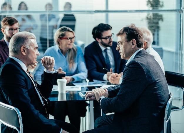 Collègues d'affaires discutant de problèmes graves lors d'une réunion de bureau
